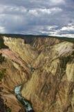 Großartiges Caynon von Yellowstone mit Sturm im Abstand lizenzfreies stockbild