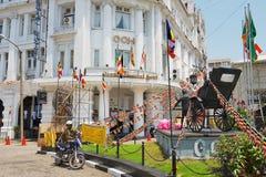 Großartiges orientalisches Hotel, Luxuskolonialgebäude an York-Straße mit dem Rikschamonument vor ihm in Colombo, Sri Lanka Lizenzfreies Stockfoto