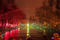 Großartiges Wasser und mehrfarbiger Licht- und Laser-Show WALD VON EMPFINDUNGEN mit Brunnenelementen stockfoto