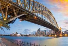 Großartigkeit der Hafen-Brücke an der Dämmerung, Sydney Lizenzfreie Stockfotos