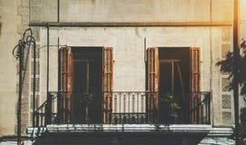 Großaufnahme der Fassade mit Balkon und zwei Fenstern Lizenzfreie Stockbilder