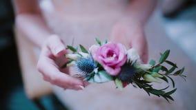 Großaufnahme der Floristenfrau die Blumenzusammensetzung in ihrer Hand halten Mädchen, welches das schöne Knopfloch berührt stock footage