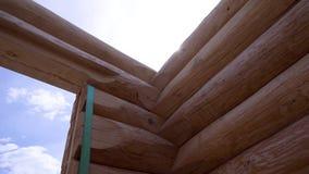 Großaufnahme der hölzernen Struktur des Hauses clip Errichtendes Haus von guten hölzernen Klotz Bau des Holzhauses an stock video
