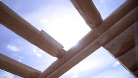 Großaufnahme der hölzernen Struktur des Hauses clip Errichtendes Haus von guten hölzernen Klotz Bau des Holzhauses an stock video footage