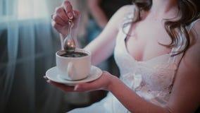 Großaufnahme der jungen Frau in weißes peignoir trinkendem Kaffee während des Friseurs, der die neue Frisur tut stock video footage