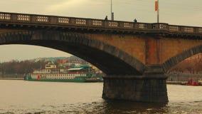 Großaufnahme der Palacky-Brücke von die Moldau-Fluss in Prag stock video footage