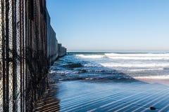 Großaufnahme der Wand der internationalen Grenze in San Diego Lizenzfreie Stockbilder