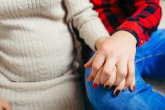Großaufnahme der Zukunft erzieht Händchenhalten Ansicht des Magens der schwangeren Frau stockfoto