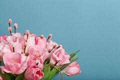 Großaufnahme des Blumenstraußes der rosa frischen Tulpen mit Pussyweide Stockfoto