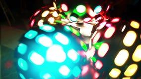 Großaufnahme des farbigen hellen Discoballverdrehens Farbige Show an der Discoclubpartei Strahlen des Szenenlichtes stock footage