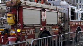 Großaufnahme des Feuerfahrzeugs auf der Straße Unfall in der Stadt Bereitschaftsdienst, der zum Feuerplatz geht stock video