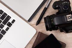 Großaufnahme des Fotografen des Grafikdesignerarbeitsplatzes Stockfotografie