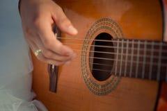 Großaufnahme des Mannes übergibt das Spielen auf der Akustikgitarre Stockfoto