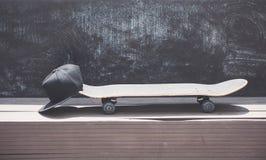 Großaufnahme des Skateboards mit einer Kappe lizenzfreie stockfotos