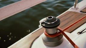 Großaufnahme des Spillkopfs glänzend in der Sonne Rope Festlegung um Windentrommel, die Mannschaftsochsen das Schiff stock footage