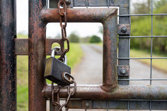 Großaufnahme des Vorhängeschlosses auf einem Sicherheits-Tor Lizenzfreies Stockbild