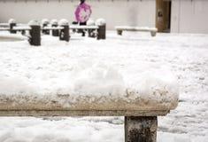 Großaufnahme einer alten verzierten schneebedeckten Marmorbank Lizenzfreies Stockbild