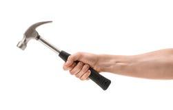 Großaufnahme eines man& x27; s-Hand, die den Hammer, lokalisiert auf weißem Hintergrund hält lizenzfreie stockfotografie
