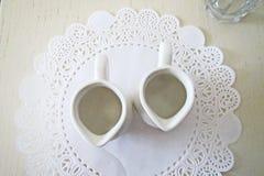 Großaufnahme eines Tasse Kaffees mit Zucker und einer Platte des Nachtischs mit einer Scheibe des Kuchens stehend auf einer Umhül stockfoto