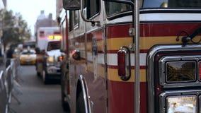 Großaufnahme von den Bereitschaftsdienstautos, die auf der Straße stehen Unfall in der Stadt Gehende Arbeit des Feuerfahrzeugs stock video