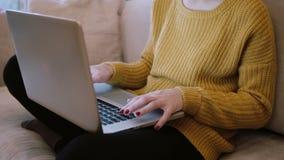 Großaufnahme von den weiblichen Händen, die auf Tastatur schreiben Frau, die zu Hause an Laptop arbeitet stock video