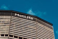 Großaufnahme von MetLife errichtend von der 42. Straße in Midtown Manhattan New York City lizenzfreie stockbilder