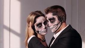 Großaufnahme von Paaren von gemalten heiligen Charakteren Frau und Mann Halloweens stock video