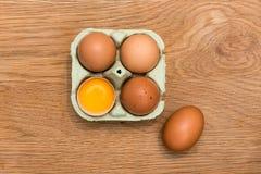 Großaufnahme von rohen Hühnereien im Eikasten auf hölzerner Rückseite der Eiche Stockbilder