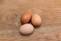 Großaufnahme von rohen Hühnereien im Eikasten auf hölzerner Rückseite der Eiche Stockfoto