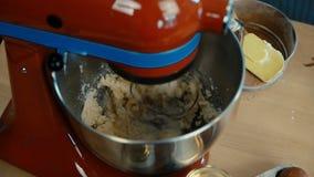 Großaufnahme von weiblichen Händen schaltet den Mischer und das Mischen der Butter mit Zucker für das Backen ein Weibliches Hande stock video footage