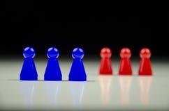 Großaufnahme von zwei Reihen von bunten Zahlen mit unscharfem Schwarzweiss-Hintergrund Stockfoto