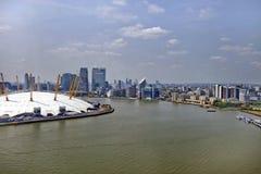 Großbritannien, England, London, Arena 02 und Canary Wharf-Skyline Stockbild