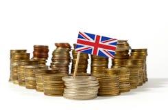 Großbritannien-Flagge mit Stapel Geldmünzen Lizenzfreie Stockbilder