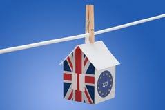 Großbritannien, Großbritannien und EU-Flagge auf Papierhaus Stockfoto