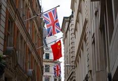 Großbritannien- und China-Flaggen, die zusammen fliegen Lizenzfreies Stockfoto