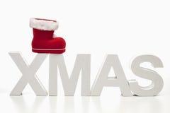 Großbuchstaben, die das Wortweihnachten mit gestreiftem buntem Bereich auf die Oberseite auf weißem Hintergrund bilden Lizenzfreie Stockbilder