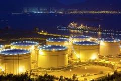Große Öltanks des technischen Öls in einer Raffinerie nachts stockbild