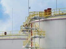 Große Öltanks gegen blauen Himmel lizenzfreies stockfoto