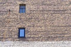 Große alte Backsteinmauer mit Fenstern Stockfotos