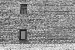 Große alte Backsteinmauer mit Fenstern des einfarbigen Tones Lizenzfreie Stockfotografie