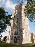 Große alte englische Steinkirche Alresford hoch im Himmelhelm t Stockfoto