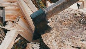 Große alte hölzerne Axthiebe hinunter Baumstämme auf dem Hintergrund eines geschnittenen Klotzes stock footage