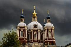 Große alte Kirche gegen dunklen bewölkten Himmel während des starken Sturms stockfotos