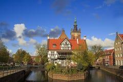 Große alte Mühle auf dem Kanal in Gdansk lizenzfreie stockfotos