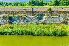Große alte Steinwand in dem Fluss Lizenzfreies Stockbild