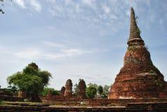 Große alte Ziegelsteinpagode auf Hintergrund des blauen Himmels in Thailand Stockbilder