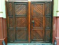 Große altmodische Holztür mit Verschluss Lizenzfreie Stockbilder