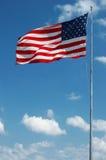 Große amerikanische Flagge, die in den Wind wellenartig bewegt Lizenzfreies Stockbild