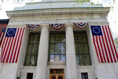 Große amerikanische Flaggen drapierten auf Haupteingang, Bank Adirondack-Vertrauens-Co, Saratoga, New York, 2015 Lizenzfreies Stockbild