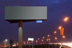 Große Anschlagtafel mit Ablichtung nachts, Straße lizenzfreies stockfoto
